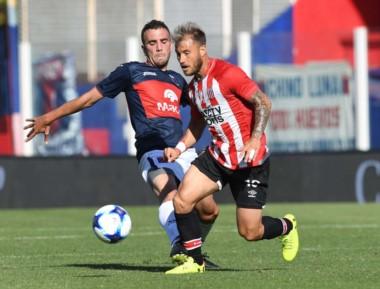 """La """"Gata"""" Fernández manejando el balón en la derrota de Estudiantes, de presente irregular."""