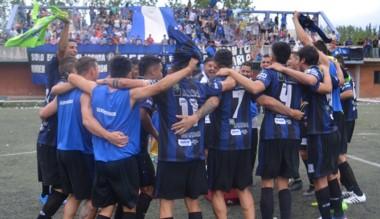 Festejo de los jugadores de Rincón luego de golear y clasificar.