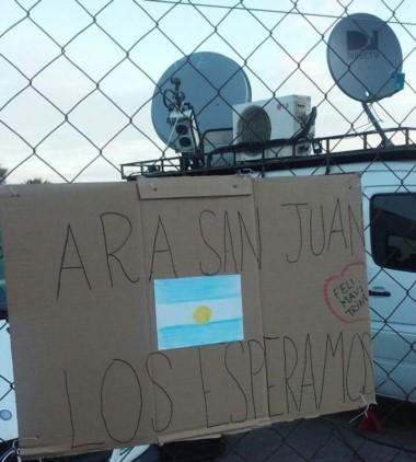 """El pueblo argentino muestra su apoyo al submarino ARA """"San Juan"""". En la Base Naval #MardelPlata fueron los vecinos quienes dejaron sus mensajes."""