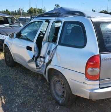 El fuerte impacto causó secuelas en el rodado y en la conductora.