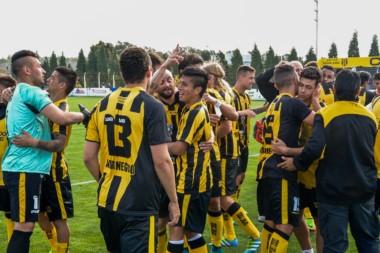 Festejo de los jugadores aurinegros luego de la victoria ante Villa Mitre.