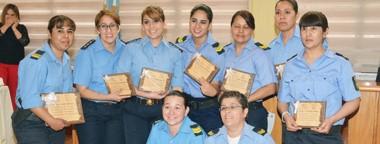 Uniformadas. Las policías que recibieron un agradecimiento pese a que no pudieron festejar en su lugar de trabajo cotidiano, la Comisaría.