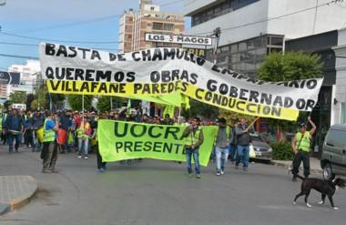 """""""Chamuyo"""". Una postal de la protesta de los obreros desocupados de la construcción por más obras."""