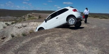 Con las ruedas posteriores en el aire. Así estaba el auto en el mirador de Punta Este de Puerto Madryn.