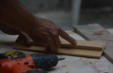 Uno de los presos explicó cómo se trabaja en uno de los talleres de carpintería con herramientas cortantes.