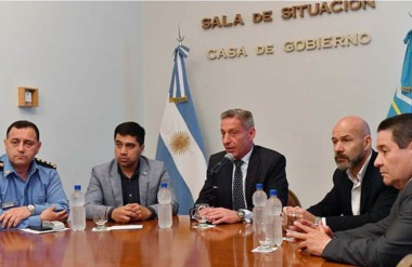 El fiscal jefe Omar Rodríguez junto al gobernador Mariano Arcioni y jefes policiales. Hubo satisfacción.