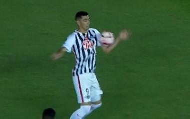 Polémico gol de Cardozo. La bajó con la mano en la jugada que terminó en gol de Libertad.