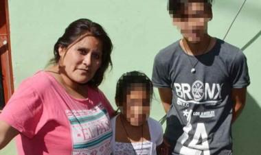 Decisión. La mamá con parte de su familia quiere ayuda para su hogar.