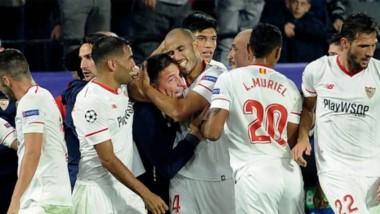 El emotivo abrazo de los jugadores de Sevillas, al lograr el 3-3 ante Liverpool, con Berizzo.