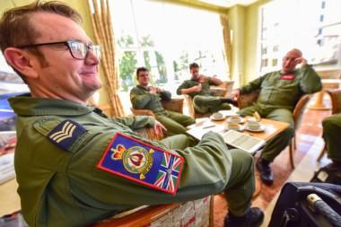 """La tripulación de 16 ingleses que acababan de llegar al aeropuerto local trayendo elementos para el rescate de los submarinistas del ARA """"San Juan"""" se hospedaron en un hotel."""