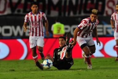 Unión planteó un partido cerrado que el uruguayo Santos Borré destrabó promediando el complemento.