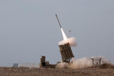 El sistema de defensa aérea móvil Iron Dome de Israel, detecta el misil enemigo y lanza otro para hacerlo volar antes de que llegue a destino.