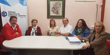 Rubén Villagra (CICECH) entregó el donativo a la presidente de la Cooperadora del Hospital, Ana M. Chasco.