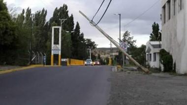 Uno de los postes quedó a punto de caer sobre la calle ( foto @Huentelafcarlos)