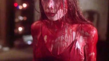 La joven relató a la policía que la obligaban a bailar desnuda mientras era bañada con sangre de animales. (Archivo)