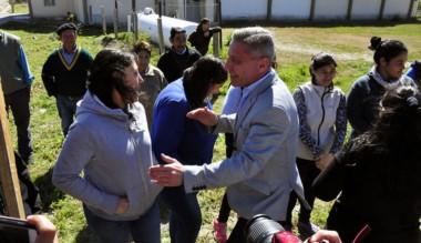 El gobernador junto a los vecinos en su paso por Carrenleufú.