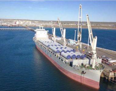 El buque con las piezas del futuro parque eólico se encuentra en la ciudad del Golfo a la espera de realizar la descarga de los mismos.