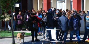 Manifestantes. Una postal de cómo lució la puerta del municipio durante buena parte de la mañana de ayer.