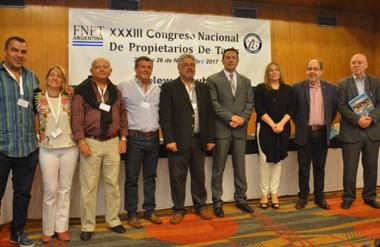 Juntos. Taxistas y funcionarios durante la apertura de un Congreso vital para discutir sobre el servicio.