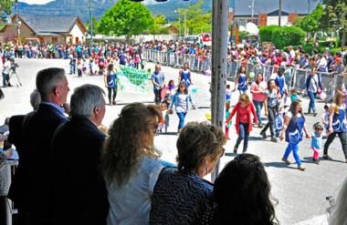 Arcioni durante el desfile que se realizó en la localidad dentro de los festejos por un nuevo aniversario.