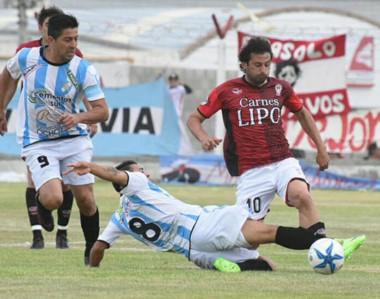 """Gabriel Bustos maniobra ante la mirada de Diego Galván. El """"Globo"""" afrontará la vuelta sin haber perdido."""