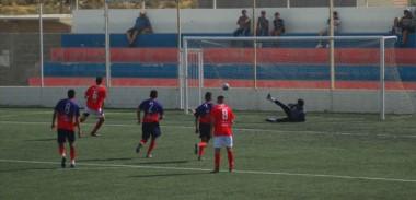 Terán, de penal, marcó el primer tanto de Huracán ante Alianza.