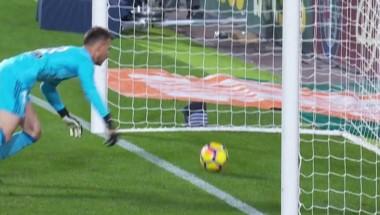 Messi le pegó de primera, el balón se le escapó a Neto y cruzó la línea por varios centímetros.