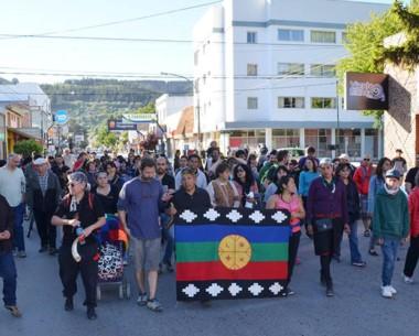 Bandera. Tras otro muerto, miembros de pueblos originarios protestaron en el Juzgado Federal de Esquel.