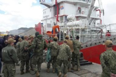 Se van. Tripulación estadounidense y argentina sube al buque con un minisubmarino de alta tecnología.