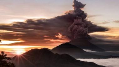 El Monte Agung, cuya última erupción en 1963 causó 1.600 muertos, expulsaba el lunes por la mañana una humareda gris que ascendía más de 3.000 metros.