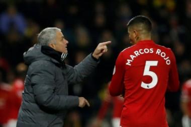 Mourinho brindando indicaciones al argentino Rojo.