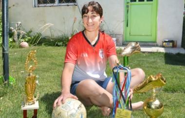 Eva Schmid milita actualmente en Huracán de Trelew.  Es una de las goleadoras más prolíficas del torneo femenino de la Liga del Valle.