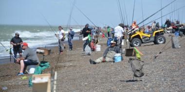 """Un centenar y medio de cañófilos coparon la costa en la playa """"Bajo de los Huesos"""" en las """"18 Horas""""."""
