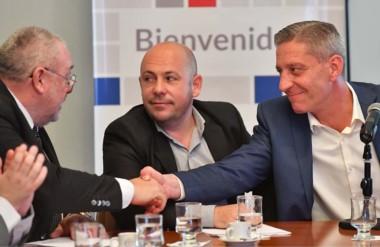 Saludo. Ramírez (izquierda) junto con el intendente Sastre y el gobernador Arcioni durante los anuncios.