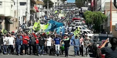 Columna. Varios gremios con sede en la ciudad petrolera coparon las calles para su reclamo masivo.
