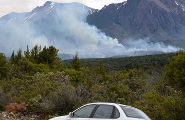 Las altas temperaturas ayudaron a que las llamas se reaviven. Los brigadistas siguen operando en la zona.