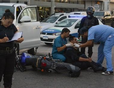 Lesiones. El policía atropellado es atendido por personal del Hospital.