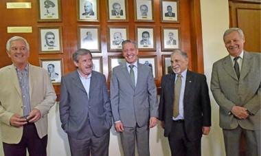 Experiencias. Desde la izquierda, Cosentino, Maestro, Arcioni, Perl y Lizurume, en el Pasillo de los Gobernadores de Fontana 50 en Rawson.