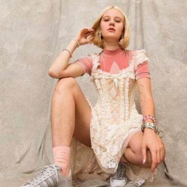 La modelo sueca Arvida Byström, famosa por no depilarse.