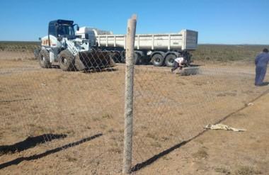 Afuera. El personal municipal retira alambre tejido y postes para evitar las ocupaciones ilegales en Rawson.