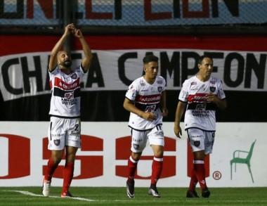 """Con goles de Rosso y Matos,""""Chaca""""  le ganó al """"Lobo"""", consiguió su primera victoria en 7 fechas."""