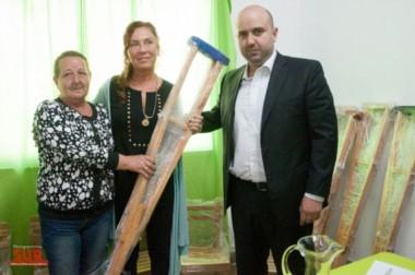 La mamá de Mauro, Lidia, entregó las muletas a la directora del hospital, Miriam Fumagari. (Perspectiva Sur)