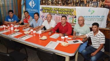 Jorge Iriarte, presidente de Racing Club de Trelew, en la presentación del evento, junto a Alejandro Vargas, coordinador de Deportes, y el organizador Juan Carlos Alvear, entre otros.