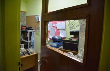 Los delincuentes ingresaron por el sector de la Primaria y provocaron destrozos antes de robar la plata.