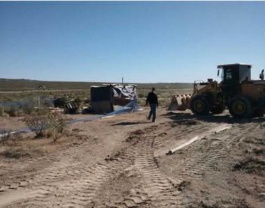 El personal de la comuna trabajo con máquinas pesadas para levantar el precario asentamiento.