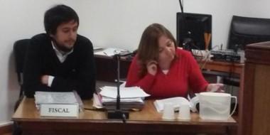 La fiscal Castagno y el funcionario Ezequiel Castro durante la apertura de la causa penal.