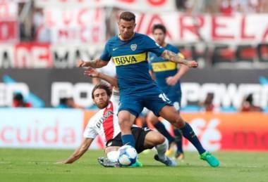 Cardona le puso la mano a Enzo Pérez para despegarse y Pitana le mostró equivocadamente la roja directa.