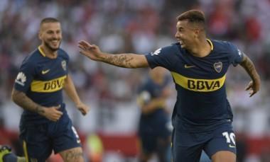 Cardona corre a festeja su gol. Lo sigue Benedetto.