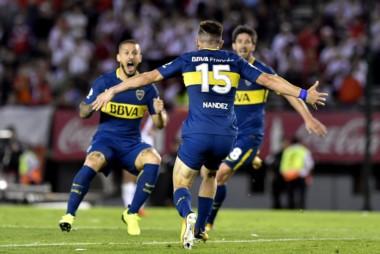 El charrúa Nández la agarró de volea para marcar el segundo gol de Boca.