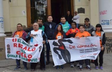 Bandera. Los participantes en la campaña estuvieron en la Municipalidad y posaron con Adrián Maderna.